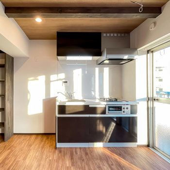 黒いキッチンに合わせて、冷蔵庫もシックな色味の物を選びたい。