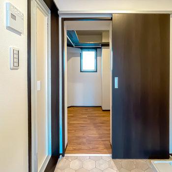脱衣所にはもうひとつドアがあり、その先にはウォークインクローゼットが。