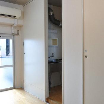 奥に扉をやると、キッチンがお目見え!(※写真は7階の同間取り別部屋のものです)
