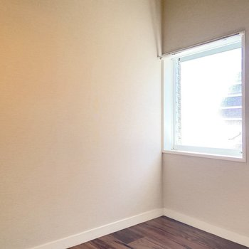 この窓があるだけで、結構お部屋全体の明るさが変わるんです。