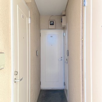 お部屋は真正面の扉から。