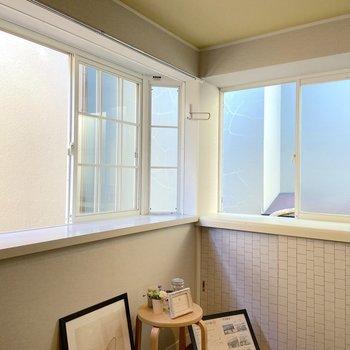 出窓には小物などを置こうかな。※写真の雑貨はサンプルです