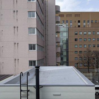 【洋室】すぐ正面は隣の建物の屋根があります。圧迫感はなさそうです。