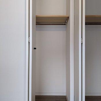 【洋室】小さい方のクローゼット。衣類や掃除機などは入りそうです。