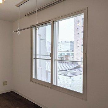 【洋室】窓は北向き。優しい光が入ります。