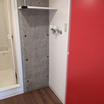 洗濯機置き場は浴室の隣にあります。棚にはタオルや洗剤を置くことができますよ。