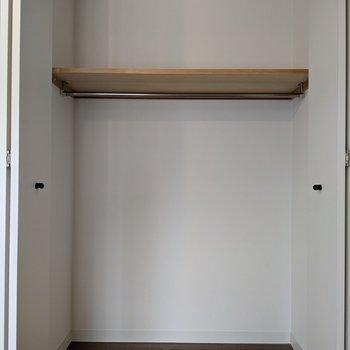 【洋室】大きい方のクローゼット。季節用の布団やこたつなどを収納するのに向いてそうです。