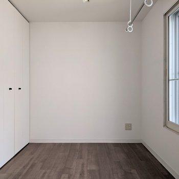 【洋室】約5.5帖の広さです。寝室に使うといいですね。