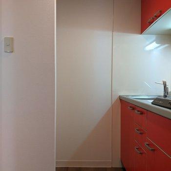 キッチンは1人が通れる幅です。