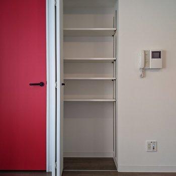 【リビング】玄関扉の横に収納があります。小物を入れるのに適していますね。