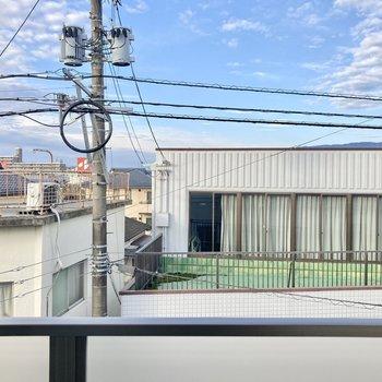 眺望はお隣さんのバルコニー。カーテンは必須かも。