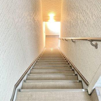 2階までは階段です。ちょっと長め!