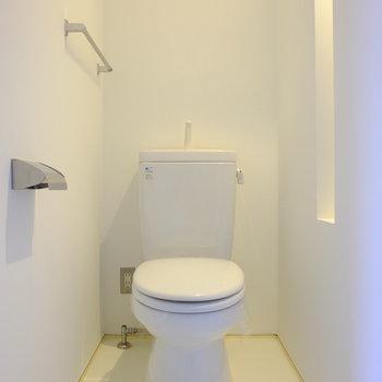 トイレは白で統一されたクリーンでミニマルな空間。※写真は同間取り別部屋のお写真です