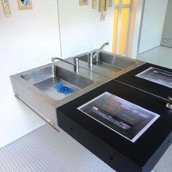 ステンレスキッチンにはIHコンロが設置可能。壁が鏡張りなので洗面台としても使えます。※写真は同間取り別部屋のお写真です