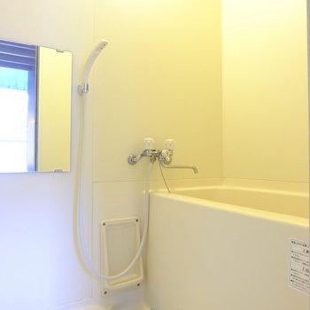 浴室はシンプルなので、シャワーを浴びるだけにしてもいいかもしれません。※写真は同間取り別部屋のお写真です