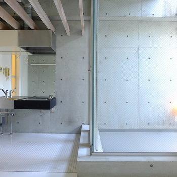 コーナー窓がお部屋を明るく。キッチン上のルーバーはカフェのような雰囲気を演出。※写真は同間取り別部屋のお写真です