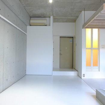 洋室は7帖。床も壁もコンクリート打ちっ放しがインテリア好きには堪らない。※写真は同間取り別部屋のお写真です