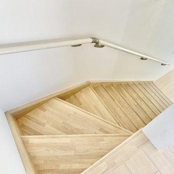 階段を下りて1階へ。