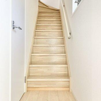 階段には手すりが付いています。