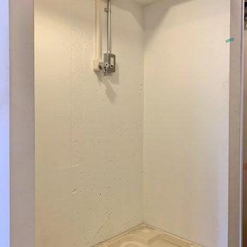 反対側に冷蔵庫置き場と洗濯機置き場。※写真はクリーニング前のものです