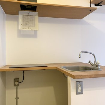キッチン下にボックスが入りそうですね。※写真はクリーニング前のものです