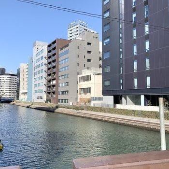 そばには亀島川が流れていて長閑さも。