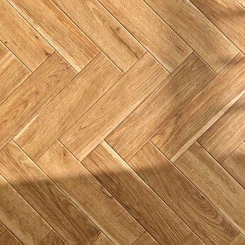 ヘリンボーンの床は光が当たるともっと素敵な雰囲気に……♩
