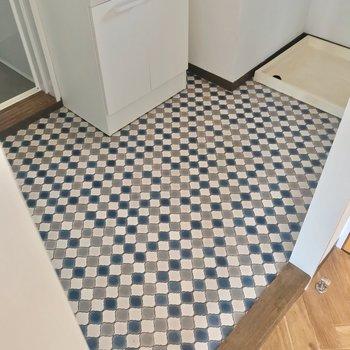 大きな洗濯機も置けますよ。ここも床の柄が素敵だなぁ。