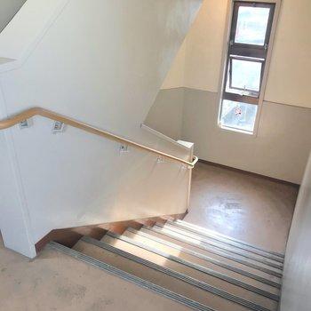 この階段をのぼって3階まで。家具の搬入は問題なさそうな階段幅。