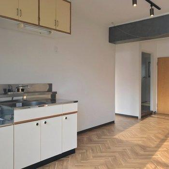 つづいてキッチンの壁の向こうにある洋室へ。