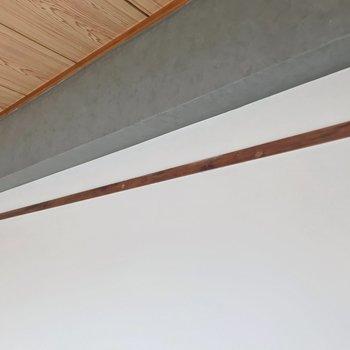 壁には長押。フックを付けて雑貨を飾るのも◎