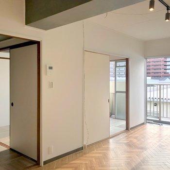 リビングの隣には縦に並んだ洋室が2部屋。