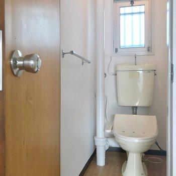 トイレはウォシュレットつき。扉がレトロです。