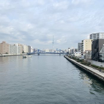 近くに隅田川が流れています。