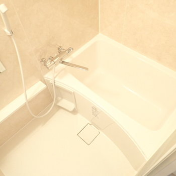 ベージュが柔らかい雰囲気のバスルーム。