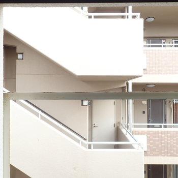 こちらは東向きの窓からの眺望。おとなりマンションの廊下です。
