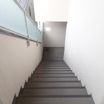 共用部】エレベーターはないので階段で。明るい雰囲気でしたよ!