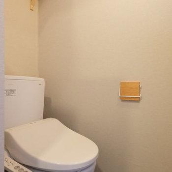 【イメージ】ウォシュレット付き!便利な上部の棚はペーパーホルダーと逆の壁につきますよ〜