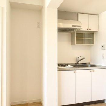 キッチンの隣には冷蔵庫を置けます。