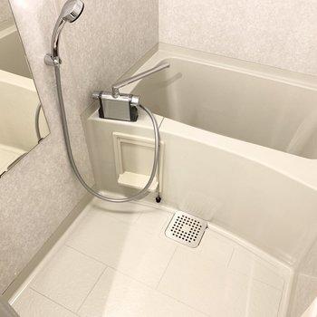シンプルなバスルーム。掃除もしやすそう!