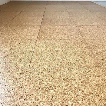 床もコルクをコーティングしたような素材!(※写真は5階の反転間取り別部屋のものです)
