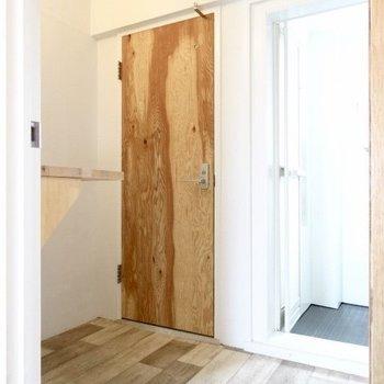 開けるとナチュラルな脱衣所♡(※写真は5階の反転間取り別部屋のものです)