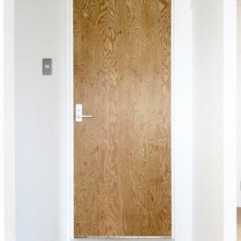 洋室の横には扉。ここまで…木!(※写真は5階の反転間取り別部屋のものです)