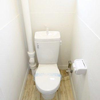 トイレもシンプルながら床にこだわりを感じます!(※写真は5階の反転間取り別部屋のものです)
