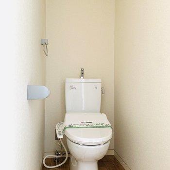ウォシュレット付きのトイレです。(※お部屋は通電前です。)(※写真は6階の同間取り別部屋のものです)