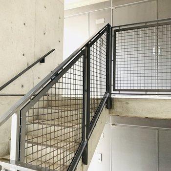 階段は半階ずつで不思議な感じ。