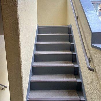 お部屋までは階段でした。大きな荷物の際は幅のご確認を。
