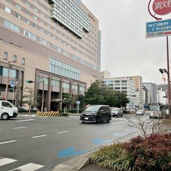 有名ホテルが近くにあります。この大通りをまっすぐ行くと天神方面。