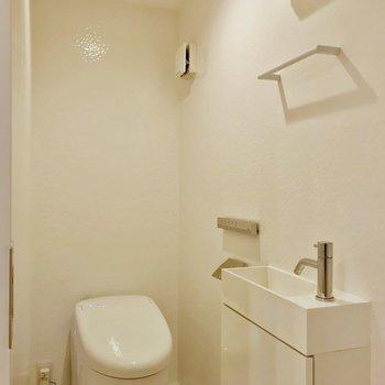 トイレでした!タンクレスで手洗いもついています。