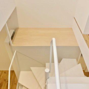 階段の途中にも物を置けそうですね。植物を飾るのもいいかも!